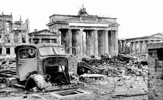 Berlin / Brandenburger Tor 1945