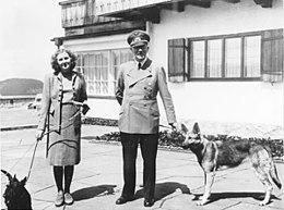 260px-Bundesarchiv_B_145_Bild-F051673-0059,_Adolf_Hitler_und_Eva_Braun_auf_dem_Berghof